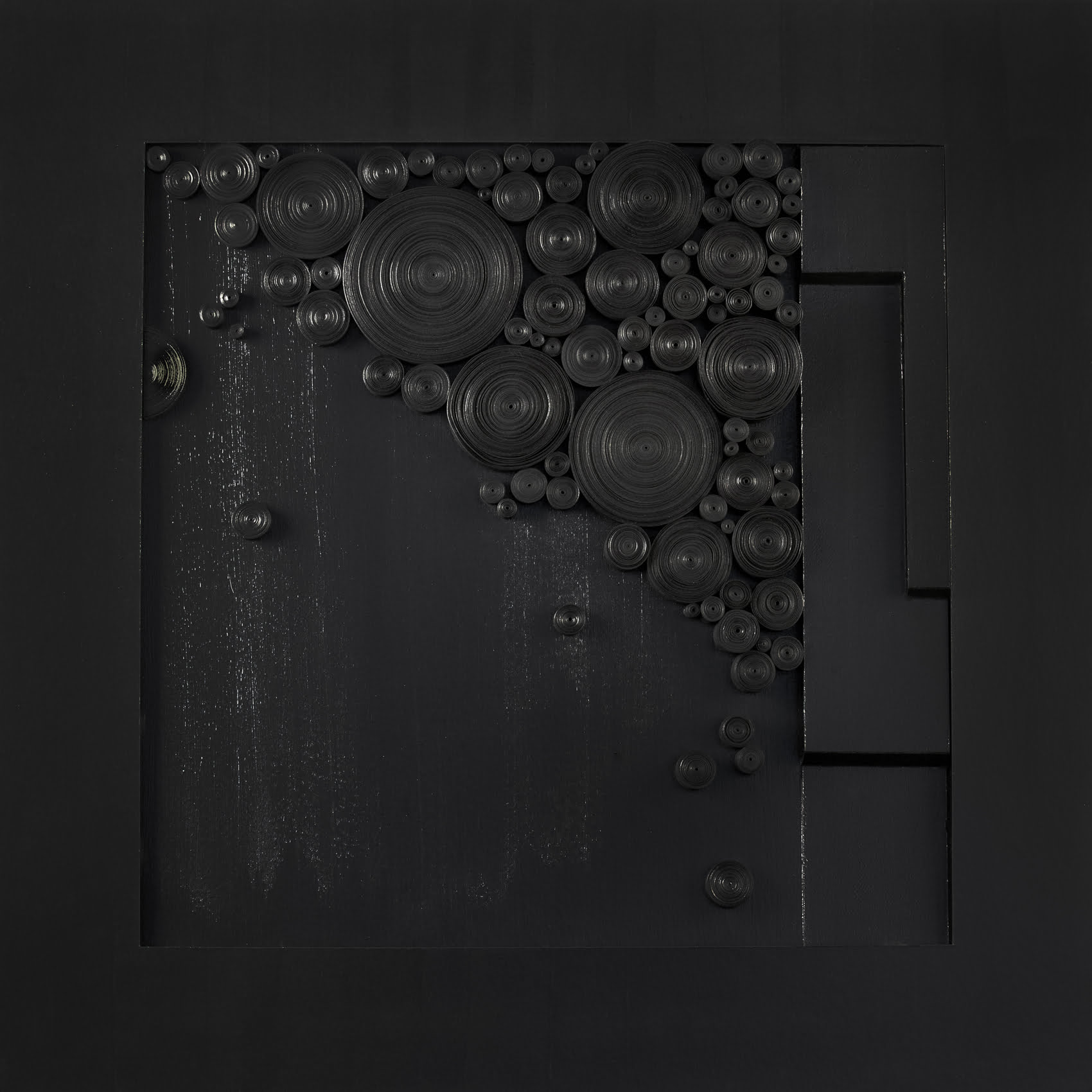 Nanou Autin, Volumes, Grand noir est une couleur, Papier roulé, acrylique 85x85 cm – 2019